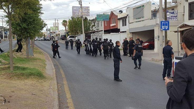<p>Chihuahua, Chih.- Más de 100 elementos de la Policía Municipal arribaron esta mañana al fraccionamiento Cumbres para apoyar en un desalojo