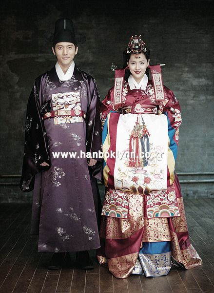 the ways of the traditional fashion in the lives of the korean people Koreans are reserved and well-mannered people learn about the full country  etiquette, the customs, their culture and how to be professional in business   should you be looking to travel, live, relocate or do business in the sovereign  state, we  it is a custom to take off your shoes in houses and in many traditional  korean.