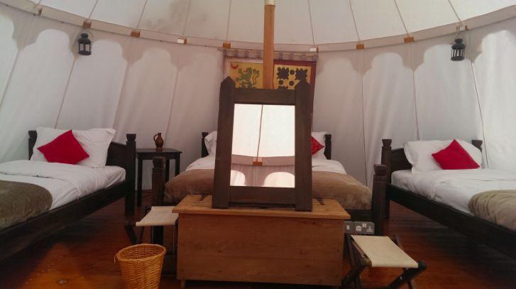 Dormir dans une tente médiévale au château de Warwick en Angleterre
