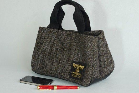 ハリスツイードで作った小ぶりのトートバッグです。小ぶりですが、マチが15cmあるので長財布、ポーチ、お弁当も入ります。ハリスツイード100周年限定記念タグを付... ハンドメイド、手作り、手仕事品の通販・販売・購入ならCreema。
