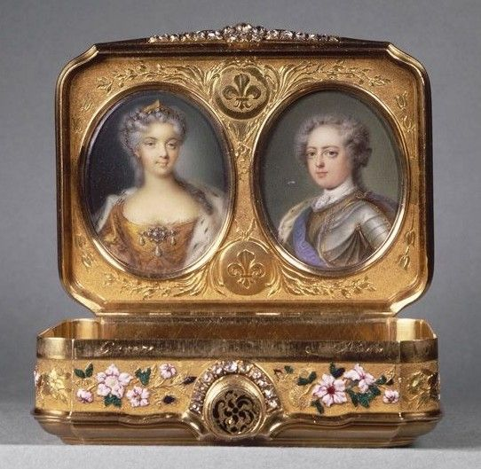 Entirely made of gold, decorated with enamel and diamonds, this snuffbox is the oldest in the Louvre, and one of the rare diplomatic snuffboxes that has been preserved. Inside the lid are two miniatures depicting Louis XV and Maria Leczinska. In 1726, Louis XV gave this work by the goldsmith Daniel Govaers to Baron Cornelis Hop, ambassador of Holland (1685-1762).