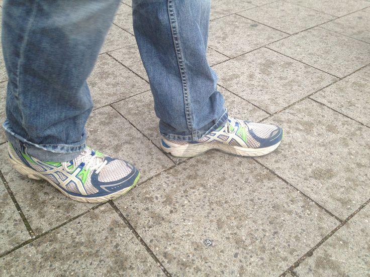 Thomas Pfeiffer zieht für seinen Einsatz vor Ort nur noch bequeme Schuhe an, denn häufig geht er einige Kilometer, um Wählerstimmen einzufangen. Übrigens finden wir auch im Schuhwerk die Farbe #GRUEN;-) 10.September 2013  #wahlstory #platz22 Thomas Pfeiffer Platz 22 http://thomas-pfeiffer.de/