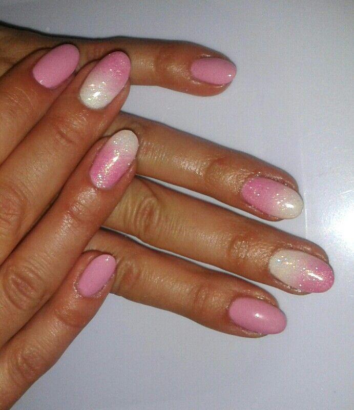 Unghie gel a mandorla rosa e bianche sfumate con glitter.. Primaverili.. idea Pasqua