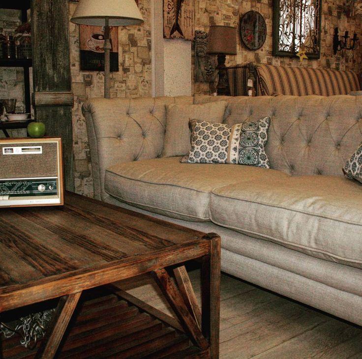 Удобный диван с высокими подлокотниками, в льняной обивке и с каретной стяжкой прекрасно впишется в зону гостиной в стиле Прованс #lartdomestique #дизайн #дизайнинтерьеров #дизайнгостиной