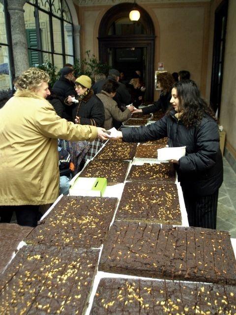 Torta paesana della Brianza - a cake made with cocoa, amaretto, raisins and pine nuts #Italy  #food