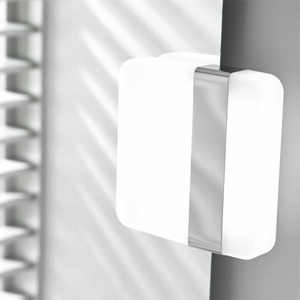 Valkoinen/kromattu AC-ledvalaisin Bela on IP44 luokiteltu valaisin kylpyhuoneeseen. Asennetaan suoraan verkkovirtaan. Valon väri 5700K.  #Bela #Gripshop #kylpyhuone #kylpyhuonevalaisin #ledvalaisin #uutuus #foccobygrip