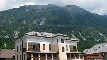 Objekt nudi 14 ležišč. Okolica nudi prelep razgled na okoliške hribe. Več o namestitvah na: www.viaSlovenia.com