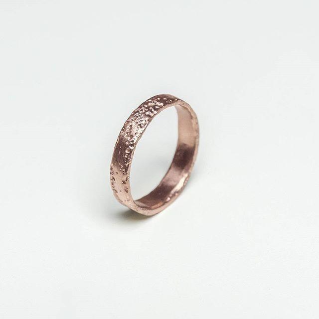 pink 🐽🐩🌸🌼📕🍆👾💋👝👗💄  .  .  .  .  .  .  .  #pinkgold #pinkring #goldring #weddingring #ring #design #structure #texture #organic #etching #color