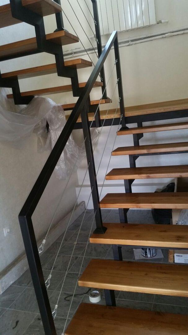 """Московский тракт, жилой дом Лестница открытого типа с ограждениями из стоек и тросиков. Стильная и современная лестница, удобная и безопасная. """"Ноу хау"""" нашей компании это система крепежа тросиков с защитой от провисания. На всех лестницах других мастеров тросики уныло провисают вниз через пару недель после монтажа.  Исправить это подкручиванием почти невозможно. Работайте с профессионалами, это избавляет от возможных проблем с качеством! #строимлестницу #домнарадость #свойдом #строимдом…"""