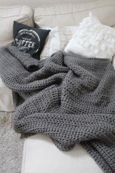 Wir lieben den Herbst, wir lieben Wärme und wir lieben DIY. Und deswegen haben wir uns keine Decken gekauft, sondern sie selbst gehäkelt....