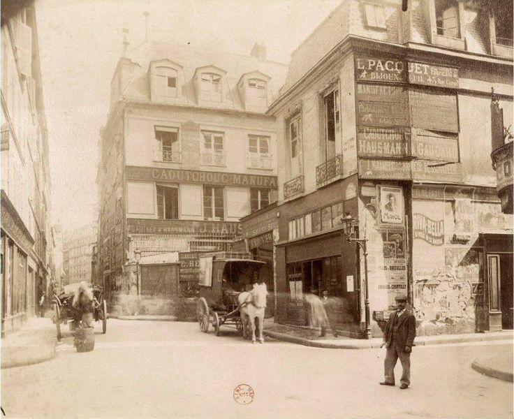 L'angle de la rue Greneta et de la rue Dussoubs en 1907, un endroit aujourd'hui complètement transformé. L'hôtel au centre de l'image fut habité par le duc de Coislin sous Louis XIV. Une photo d'Eugène Atget (© BnF)  (Paris 2ème)