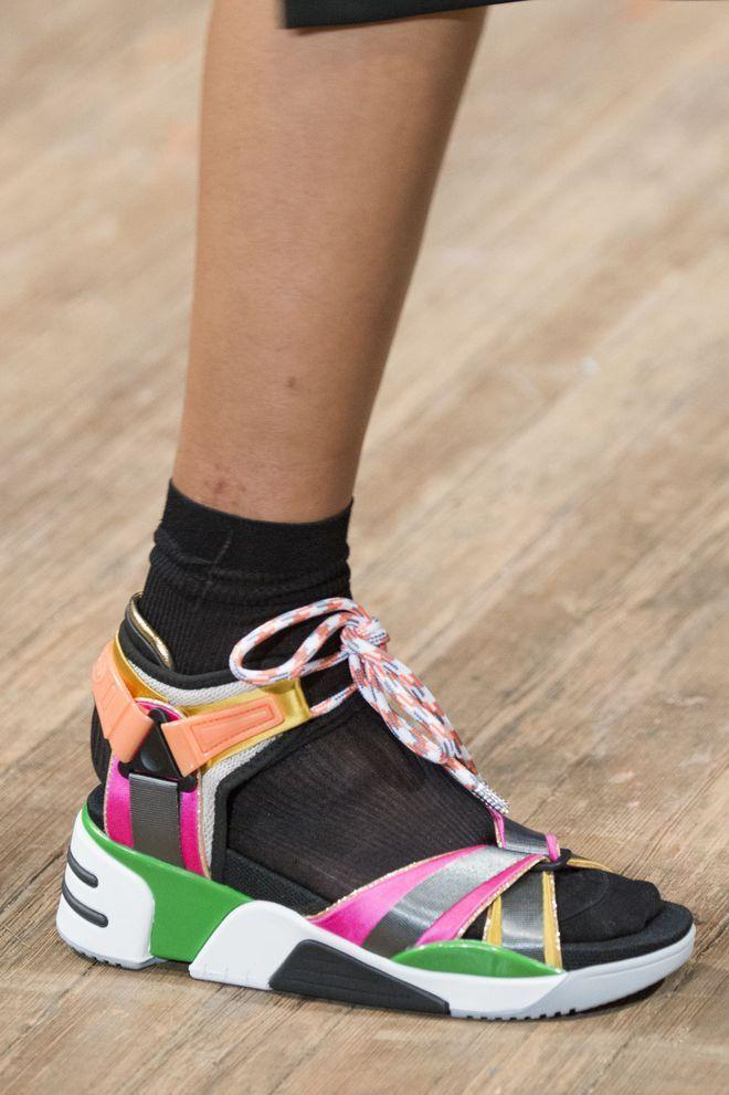 083d59e22d371 15 tendances chaussures femme été 2018: ballerines, plastique ...