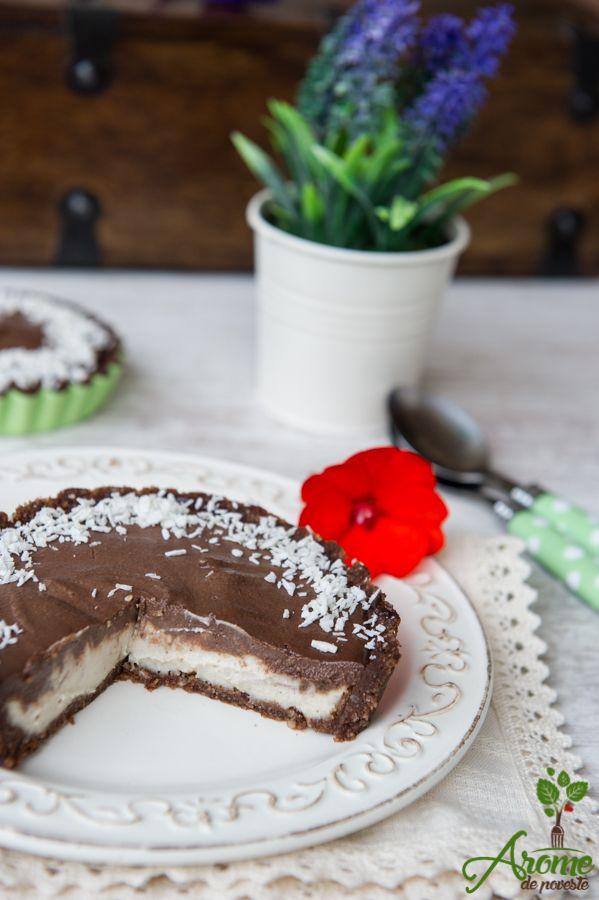 Aceste tarte raw cu cocos si ciocolata sunt de-a dreptul divine! Extrem de fine si cremoase cu aroma deosebita, cu crema de cocos si ciocolata.