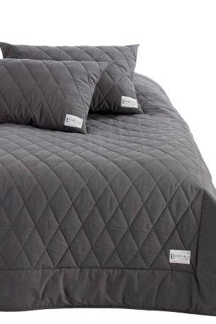 i vasket kvalitet med vintagelook. Quiltet sengeteppe med en 15 cm bred ramme rundt. Etikett i hjørnet. Av 100% bomull med fyll av polyester. Vask 40°.