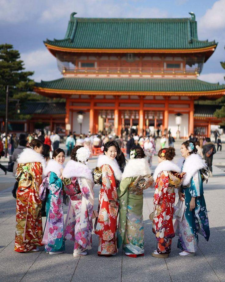 Пестрые узоры фурисодэ кимоно с длинными рукавами-бабочками молодых модниц заполонили вчерашний Киото. Теплая солнечная погода располагала выходному дню - государственному празднику совершеннолетних. По всей Японии почти 1 млн 210 тысяч юношей и девушек родившихся между 2 апреля 1995 и 1 апреля 1996 года пришли на церемонии совершеннолетия. В городе Киото показать себя и послушать напутственные речи важных общественных деятелей собрались 14455 молодых людей многие из которых были одеты в…