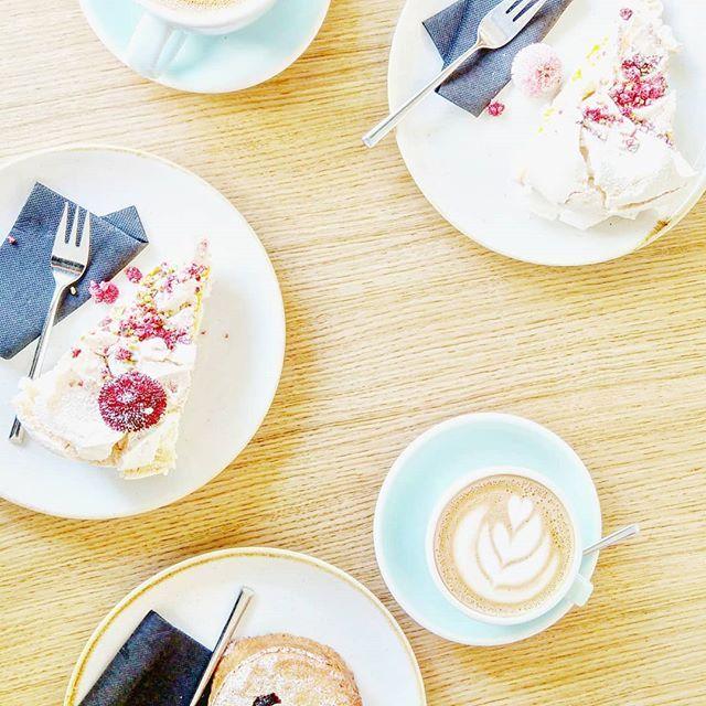 Weekend spędzony głównie poza domem głównie na jedzeniu i rozmowach.  Bardzo lubię taki czas. Fajnych ludzi. Muzykę na żywo spacery. Słońce. Drinki.  A Ty odpoczynek zaliczony??? . . . #dessert #cake #coffeetime #coffeeshots  #coffee