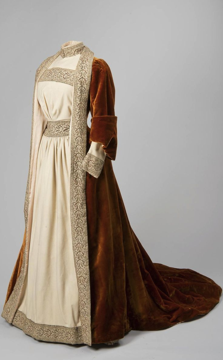 House dress belonging to Empress Maria Fyodorovna, Russia (?), c. 1890. Plush, cloth, silver and golden thread, silk. Collection of State Hermitage Museum.