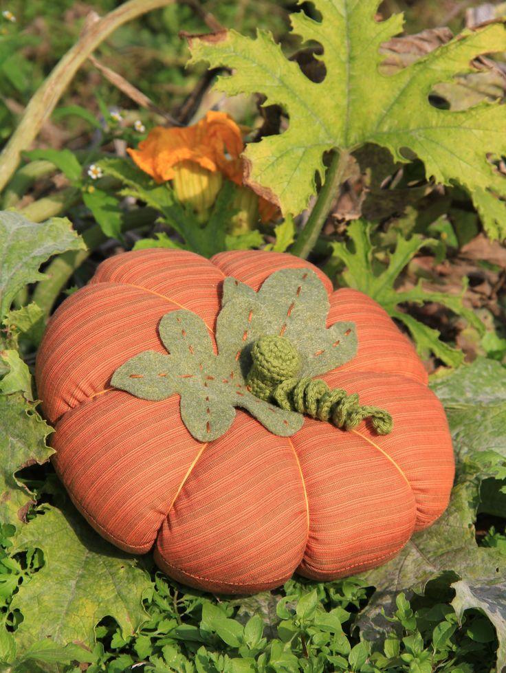 La zucca: regina indiscussa dell'autunno! Stoffa a righe arancione, feltro verde e filato di cotone povero colore verde (100% puro cotone morbido e dall'aspetto opaco)