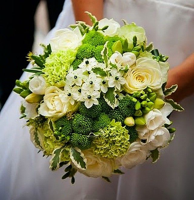 Svatební kytice v zelenobílokrémové kombinaci. Růže, karafiáty, frézie, O.T.G., santinky. fler/hana příkopová