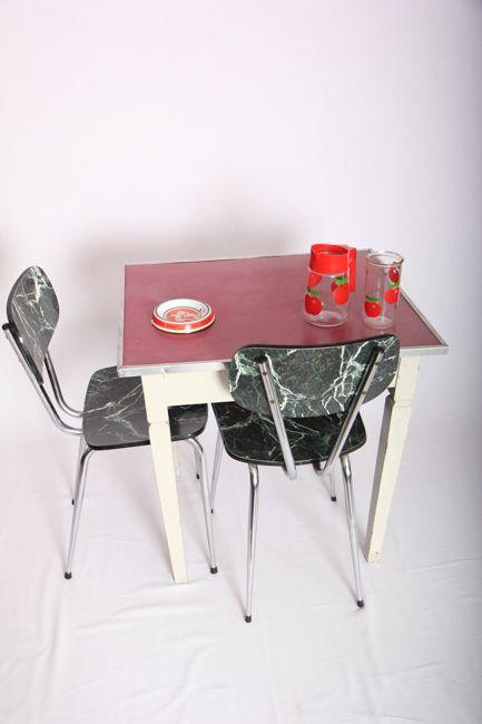 Petite table de cuisine en bois et formica blanche & framboise. Elle peut également être utilisée en tant que bureau dans une chambre.