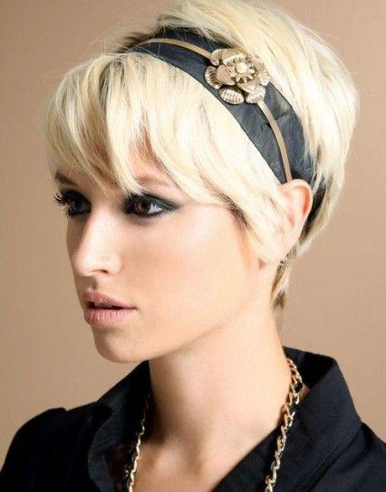 Hairstyle per capelli corti e lisci con grazioso cerchietto a fascia