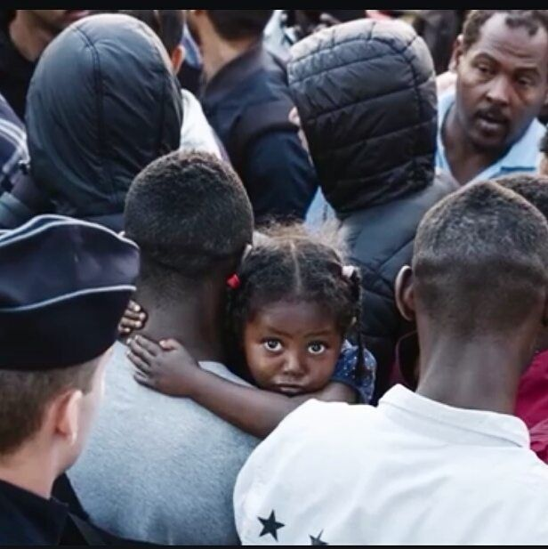 Migrants being evacuated from Porte de la Chapelle refugee camp in Paris -  Le Parisien TV screenshot 7/7/2017 This little girl's eyes are calling for help!  #heartbreaking #paris #migrants #refugees #crisedesmigrants #weareallhuman #blackgirlsrock #blackgirlmagic #eyes #beautifuleyes #africa