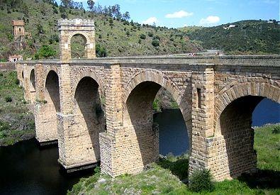Puente de Alcántara. Construido durante el reinado de Trajano S. II d.C. Material: de piedra y de una pericia técnica por su altura.