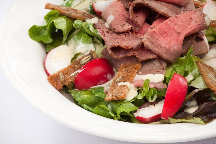 Salát Roastbeef růžové plátky roastbeefu položené na křehkých lístcích salátu s domácím dresingem, ředkvičkami a chlebovými krutonky