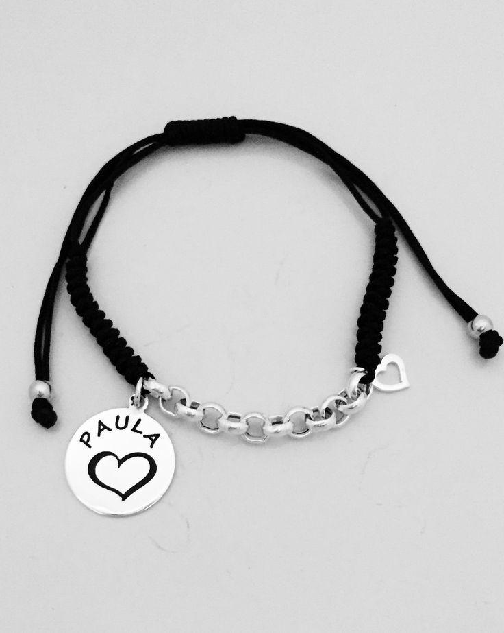 Pulsera FIONA. Eslabones de plata, corazón calado y placa grabada personalizada como desees... Cordón de macramé negro y nudo regulable de cierre para ajustar a la medida perfecta.