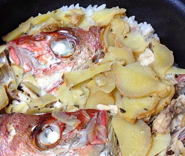 アクアパッツァに使った天然鯛のお頭とアラを  塩鯛めし風生姜たっぷり炊き込みご飯に♬  鯛とアサリと白ワインの塩出汁をたっぷり吸った白米に生姜とニンニクの香りが食欲をそそります。  ほんのりバジルの香り(^^)  パクパクとりませ〜ん!   身を丁寧にほぐして残った骨は、  さらにお吸い物や素揚げの骨せんべい  砕いてふりかけにするのもオススメです (^_−)−☆ - 17件のもぐもぐ - アクアパッツァ後の生姜たっぷり塩鯛めし by hiroohigucG4N