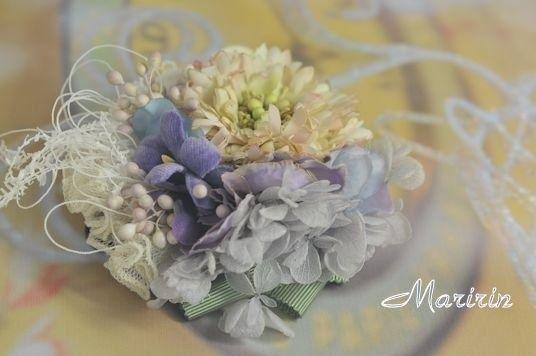 染め花を使ったヘア飾りです。 松虫草を中心に、紫陽花、すみれ、プリザの紫陽花をまとめ、チュール、リボンを添えました。ひらひらとお出かけしたくなるヘアクリップが...|ハンドメイド、手作り、手仕事品の通販・販売・購入ならCreema。