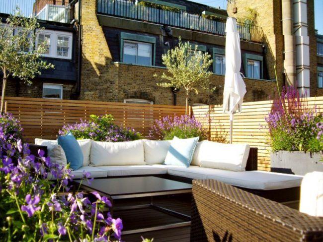 Schön Terrasse Im Garten Sichtschutz Rattan Moebel Blumen