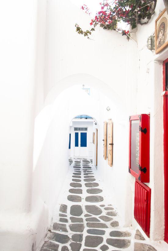 Mykonos town alley   My Paradissi © Eleni Psyllaki