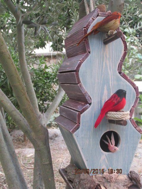 Kuş evlerimiz fırınlanmış ahşap ile kendi atölyelerimizde kesilip üretilmektedir... Kuş evlerimizin renklendirilmesinde su bazlı, renkli ahşap koruyucu kullanılmaktadır... Kuş evlerimizin montajında silikon kullanılmamıştır.... Sipariş ve bilgi için: https://www.facebook.com/atolyehayat