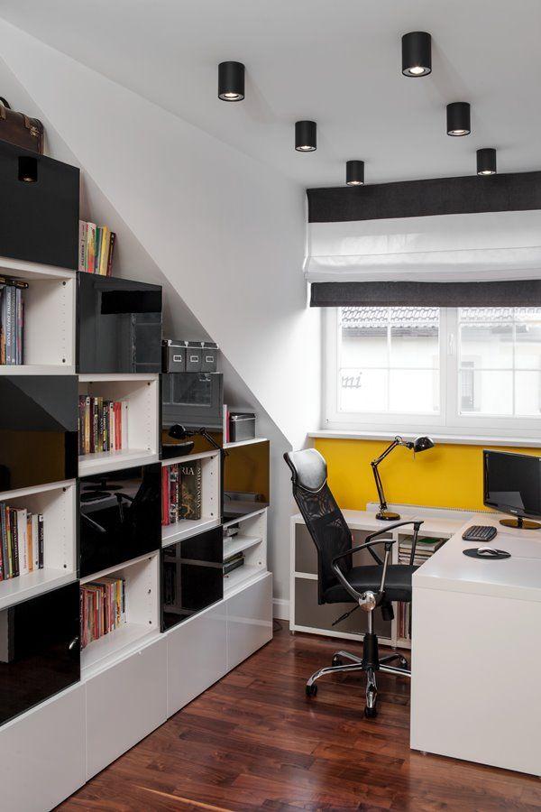 Pokój młodzieżowy na poddaszu biurko