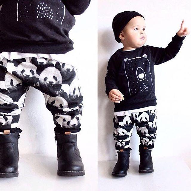 ⚫️ black and white ⚪️ Dette antrekket kunne meeeget gjerne ligget i mini sin garderobe👆🏼😍 Med en forkjærlighet for både svart/hvitt og pandaer så syns jeg dette er ren perfeksjon👌🏼😃 Og hvor fine er ikke skoene fra @dinsko_official ?! De står øverst på ønskelista mi til mini når studielånet kommer😂🙈 Buksene kommer i 2pack i str. 68-92 og koster 129,-, og skoene i str. 20-25 til 299,-. Regram: @moa.nyberg ✨ #fashionforminis1 #babyfashion #kidsfashion #sweet #new #newin #outfit #ootd…