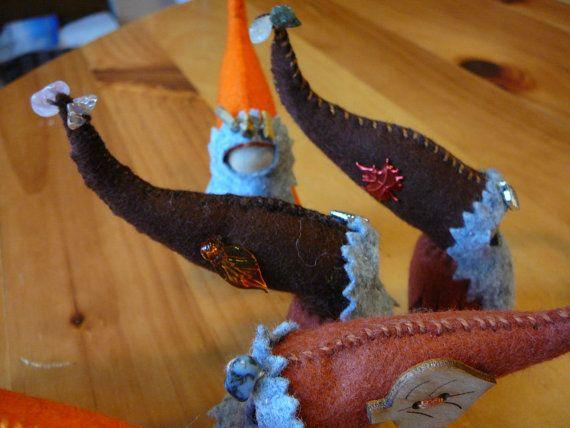 Elementargeister sind fast alle Kulturen bekannt. Sie sollen helfen, Pflanzen wachsen! Sie sind in der Tradition der Waldorf gesichtslosen Fantasie fliegen zu können! Diese Gnome ist in den Farben Braun und Orangen für Herbst Zeit gekleidet. Dieses Angebot ist für eine Puppe, 4 Zoll groß (mit Hut), hergestellt aus 100 % Wollfilz, Holz Pflock Puppe base, Baumwolle Zahnseide und verziert mit Halbedelsteinen Chip Stein Perlen und/oder Metall/Glas-Charme. Diese sind ideal für Natur-Ta...