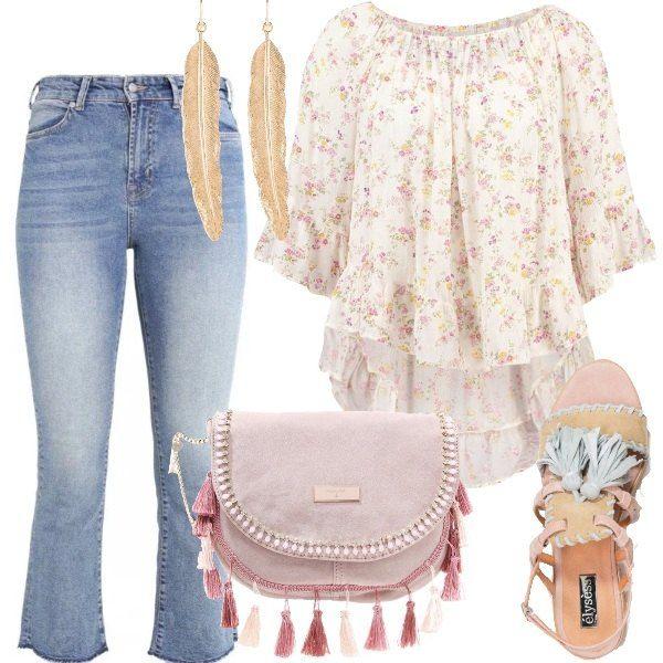 Un delicato folk per questo outfit adatto per tutti i giorni: jeans délavé a zampa, blusa di viscosa a fiorellini delicati, sandali flat in pelle scamosciata con nappine, multicolore, tracolla di camoscio rosa con nappine, orecchini dorati a forma di piuma.