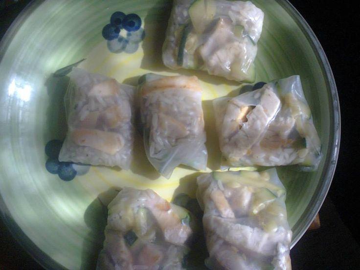 saquitos de arroz con pollo y verduras en  papel arroz