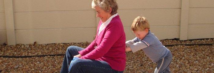 """Caietul cu întrebări. Veți vedea de ce această idee este minunată! Alegeți împreună cu cel mic un caiet, decorați-i coperta și numiți-l: """"Bunica/Bunicul știe tot"""". Pe fiecare pagină lăsați-l pe copilul vostru să scrie câte o întrebare pentru bunica/bunicul. http://jucarii-vorbarete.ro/5-idei-de-activitati-pentru-copii-si-bunici/"""