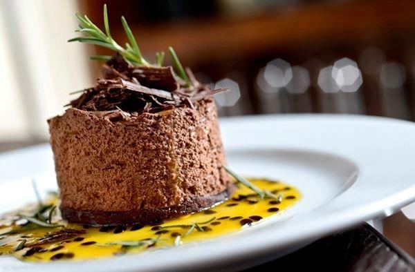 Mousse de chocolate com calda de maracujá e alecrim