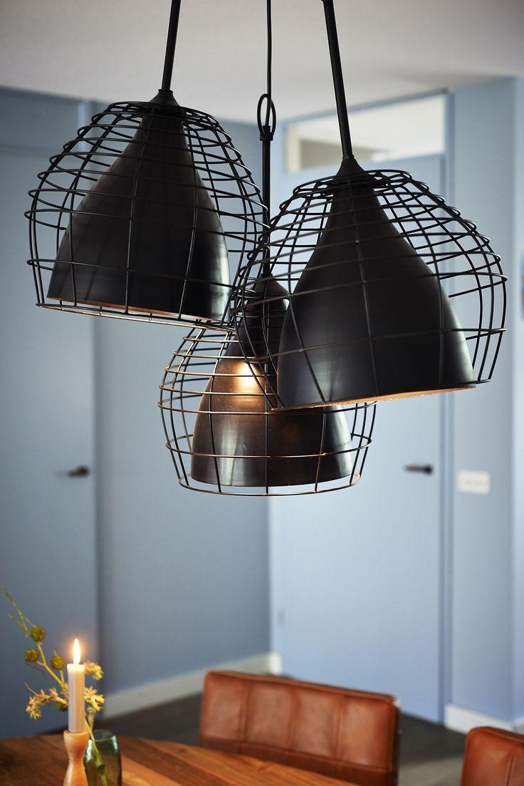 De Infineon is een stoere hanglamp, uitgevoerd in zwart antiek en omhuld met een raster, dat de lamp een bijzondere uitstraling geeft. In deze zelfde serie vindt u ook zijn grote zus, die een bredere doorsnede heeft. Broer en zus zijn daardoor eenvoudig te combineren in vele interieurstijlen en verschillende ruimtes.