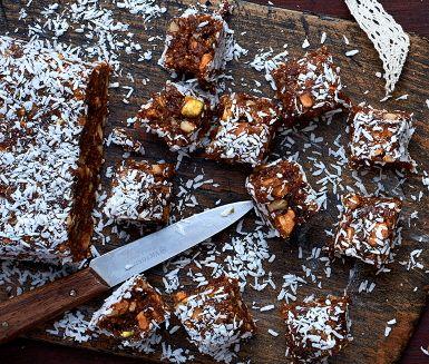 Bars är godast hemlagade! Den här varianten har en julig smak som påminner om pepparkakor och är fullproppad med nötter, fikon, aprikos och sultanrussin. Servera som mellanmål efter vinterpromenaden eller till Kalle Anka på självaste julafton.
