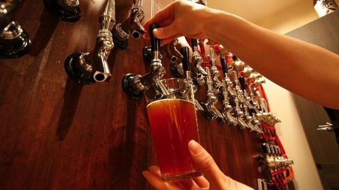アントン ビー(六本木)ー 地下にあるこじんまりとしたこのバーは、日本におけるクラフトビールブームを代表する店だ。場所は六本木、外苑東通り沿い。アントンビーでは『サンクトガーレン』や『志賀高原ビール』、『いわて蔵ビール』など常時20種類ほどの国産クラフトビールがドラフトで味わえる。ビールのサイズは三種類あり、六本木ならではの値段設定には心しなくてはいけない。470mlのパイントが一律1,260円。これは東京の他のエリアに比べるとかなり高い値段ではある。ただ、都内で朝の6時にアルコール度数9%の『箕面ビールW-IPA』をみんなで飲めるところが他にあるだろうか。フードメニューは悪くないし、スタッフは感じがいいうえ、無料でWi-fiも使える。眠らずにはしご酒をするのが好きな人にはいい店だ。