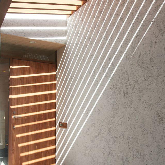 ナチュラルな色の木のドアと、そとん壁の白と、差し込んだ美しい光が、マッチしています✨ 家の顔とも言える玄関アプローチにはこだわりたいですね . #木造 #注文住宅#新築#工務店#春日井#造作 #名古屋注文住宅 #kisetsu#マイホーム#家#リビングインテリア #照明 #窓 #テーブル #家 #設計#建築#ソファ #暮らしを楽しむ #インテリア#薪ストーブ #自然素材#壁 #リビング #木 #デザイン #階段 #暮らし