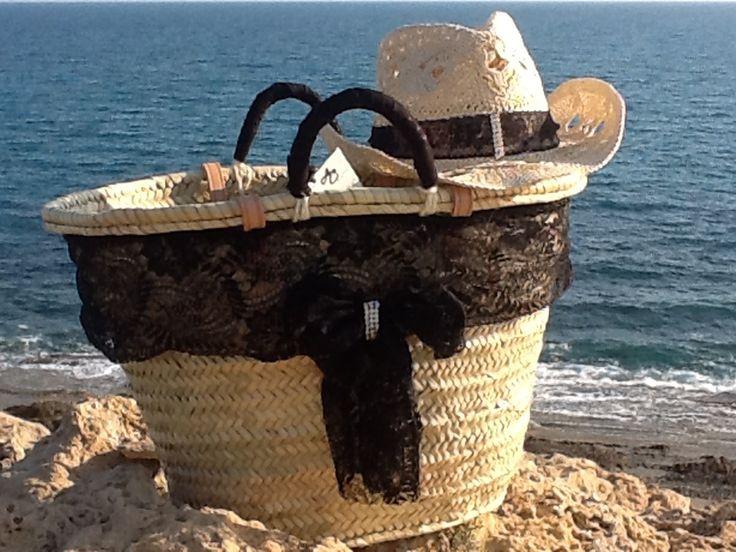 Set capazo de palma y sombrero de rafia con encaje negro y lazo con strass exclusiva y hecha a mano en españa por anabelcohen