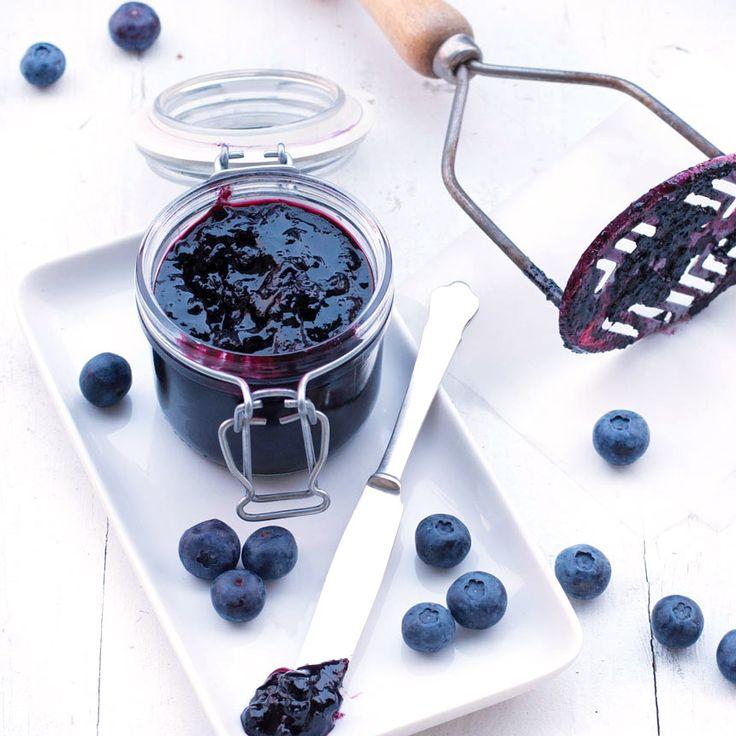 Koka en smarrig blåbärsmarmelad med citron att ha på morgonmackan eller i dina bakverk! Enkelt och gott.