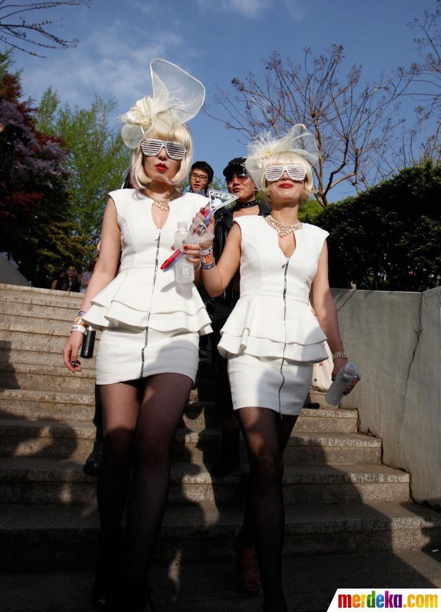 Dua wanita penggemar Lady Gaga menggunakan pakaian bergaya ala Lady Gaga di Korea.