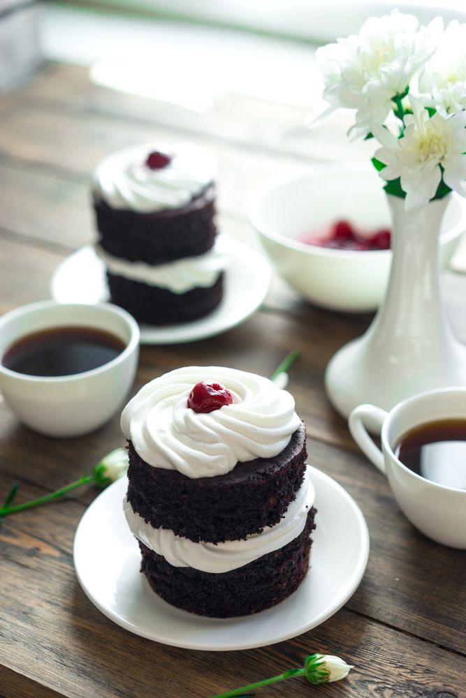 День влюблённых всё ближе и пора что-то кардинально решать с десертами. А что, если мы приготовим маленькие шоколадные тортики с французским кремом? Всего за каких-то 30 минут вы сможете создать шедевр — шоколадный десерт страсти. Потрясающе мягкие и влажные коржи, которые даже пропитывать не стоит, лёгкий кофейный аромат, сделавший вкус объёмнее и интереснее, невероятно воздушный...