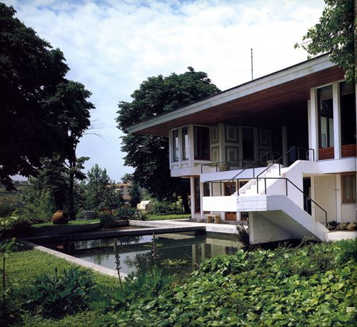Sedad Eldem - Rahmi Koc Yali (Tarabya 1975-80)....I like the outside space it compliments the design of the house.